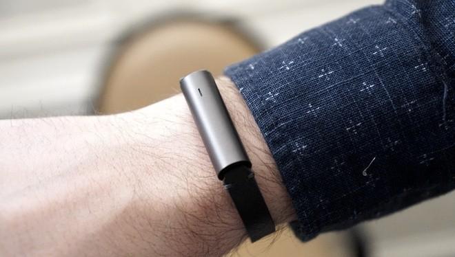 Misfit Ray không dùng pin sạc, mà dùng 3 viên pin loại 393 cho thời gian sử dụng khoảng 6 tháng.