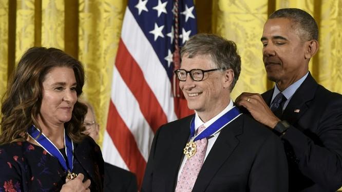 Vợ chồng Bill Gates được Tổng thống Obama trao Huân chương Tự do. Ảnh: Twitter