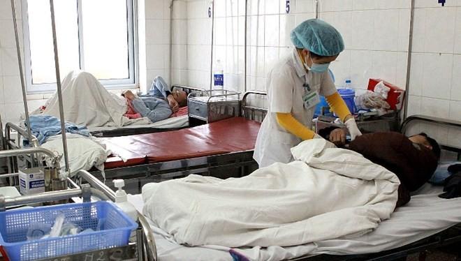 Nhân viên y tế chăm sóc cho bệnh nhân. (Ảnh: TTXVN/Vietnam+)