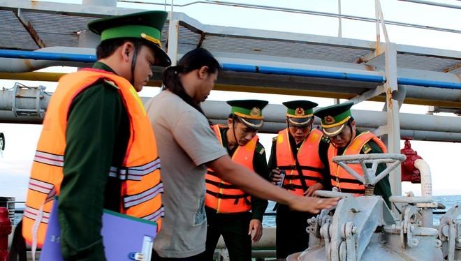 Lực lượng Bộ đội Biên phòng Quảng Ngãi kiểm tra tàu DANAI 8 chở xăng không rõ nguồn gốc- (Ảnh: Zing).