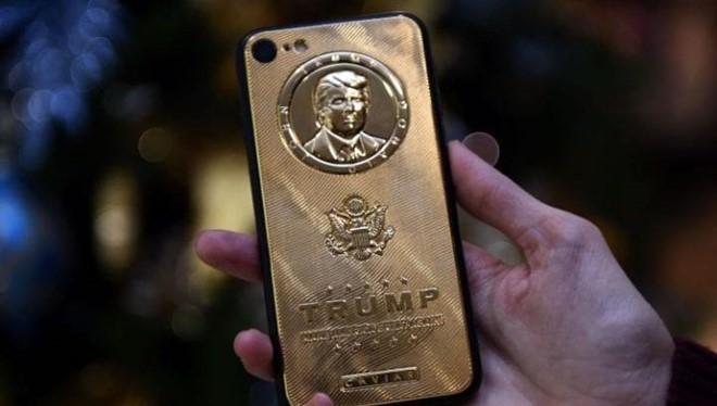 Mẫu ốp lưng bằng vàng có giá 2.437 bảng Anh bao bọc lấy chiếc smartphone Android của tổng thống đắc cử Donald Trump- (Ảnh: Telegraph).