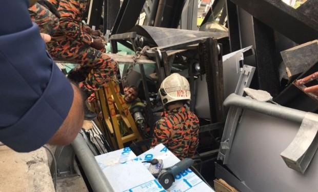 Tìm kiếm người bị nạn dưới đống đổ nát. (Nguồn: themalaymailonline.com)