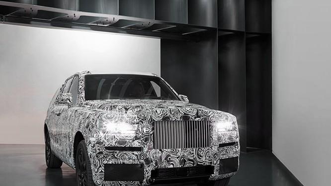 Rolls-Royce Cullian ra dáng SUV nhưng phần đầu xe chịu nhiều ảnh hưởng của Phantom.