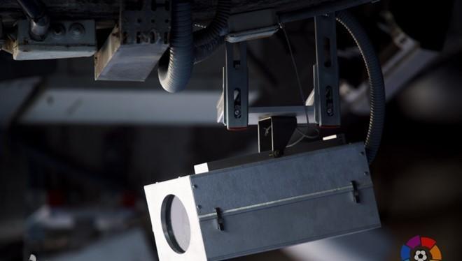 Một trong số những camera siêu phân giải được lắp đặt ở sân vận động Camp Nou của Barcelona. Ảnh: La Liga.