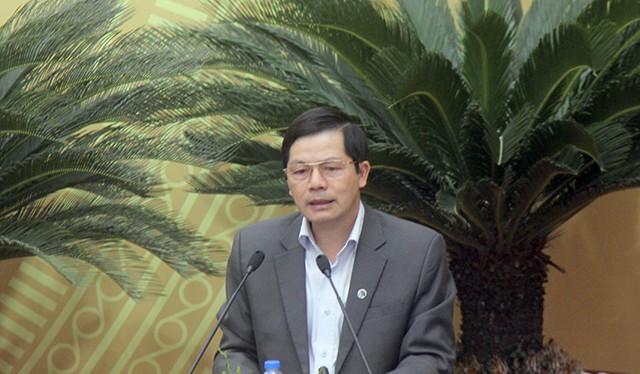 Ông Trần Huy Sáng - Giám đốc Sở Nội vụ trình bày Tờ trình về tổng biên chế hành chính, sự nghiệp TP Hà Nội năm 2017- (Ảnh: Dân trí).