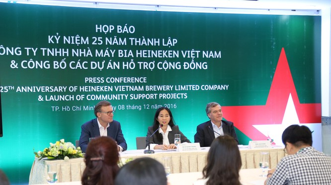Trong buổi họp báo, đại diện Công ty bia Heineken Việt Nam cho biết vừa lắp đặt hệ thống xe đạp nước tại kênh Nhiêu Lộc - Thị Nghè