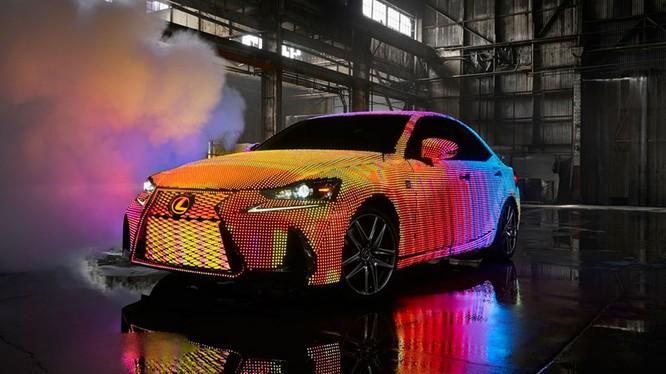 Một chiếc Lexus IS thế hệ 2017 khiến cho người xem phải hoa mắt trước những màn biến hoá không thể ngờ.
