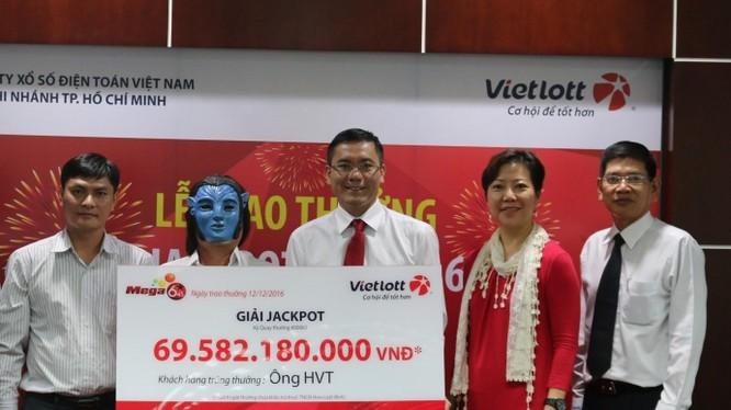 Người đàn ông đội tóc giả nhận thưởng Vietlott gần 70 tỷ đồng.