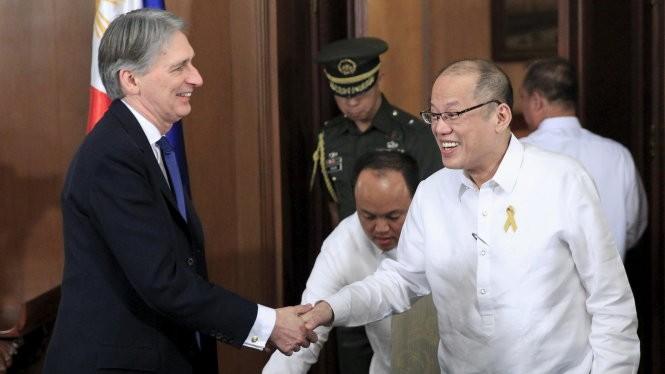 Ngoại trưởng Anh Philip Hammond (trái) hội kiến Tổng thống Philippines Benigno Aquino - Ảnh: Reuters