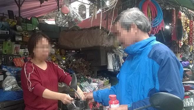 Những chiếc bình cứu hỏa mini được bán tại chợ trời (quận Hai Bà Trưng, Hà Nội). Tuy nhiên đến nay, không còn nhiều cửa hàng còn những chiếc bình này.