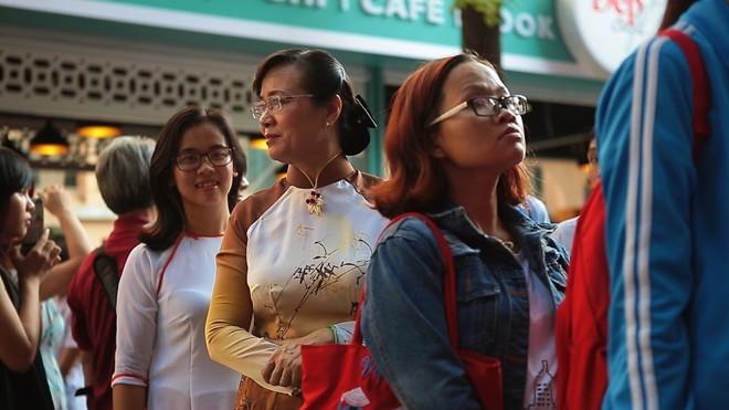 Bà Nguyễn Thị Quyết Tâm không ngại đứng xếp hàng cùng các bạn trẻ.