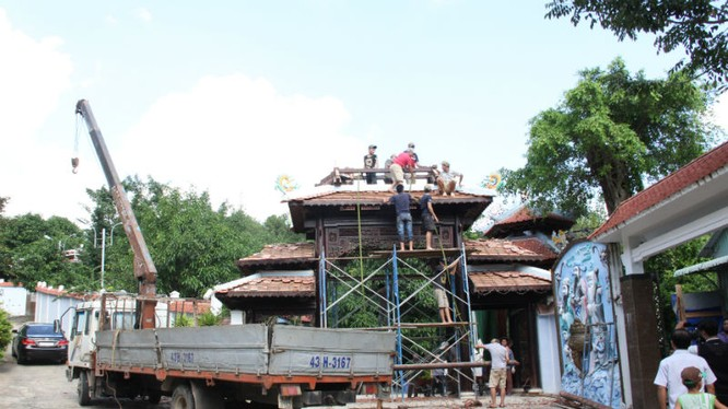 Ngày 12/12/2015, ông Quang đã huy động hàng chục người bắt đầu tháo dỡ cổng chính công trình. Hiện đại gia này đã cho làm một cổng sắt để thay thế.