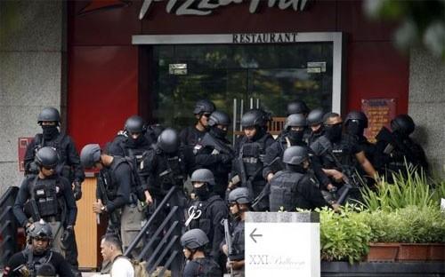 Cảnh sát Indonesia tập trung bên ngoài một nhà hàng gần hiện trường vụ tấn công khủng bố của IS ở Jakarta ngày 14/1 - Ảnh: Reuters.