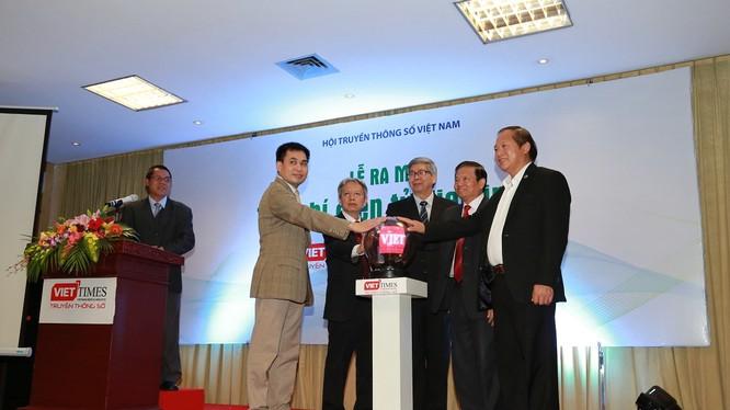 Thời khắc bấm nút khai trương, chính thức ra mắt Tạp chí điện tử VietTimes