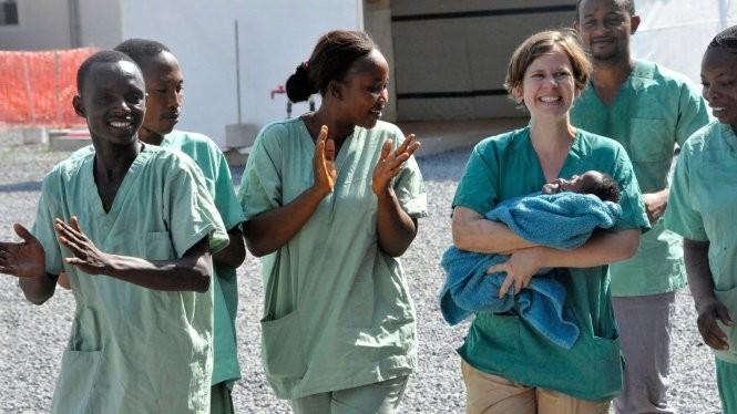 Người dân Guinea vui mừng sau tuyên bố hết dịch Ebola - Ảnh: Oeildafrique