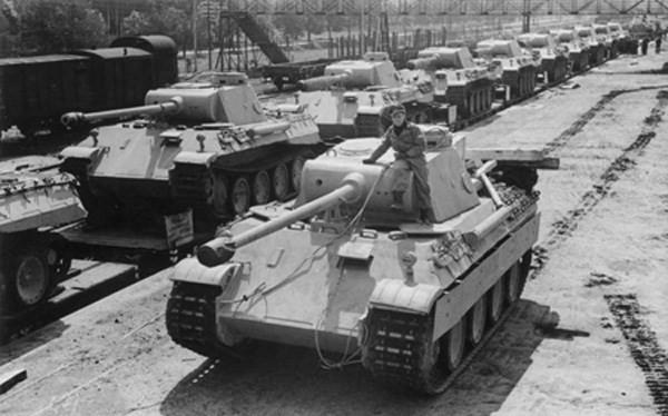 Xe tăng Panzer của Đức đang chuẩn bị đưa ra khỏi nhà máy. Bằng công thức toán học, phe đồng minh đã tính ra con số chính xác bao nhiêu xe tăng Đức sản xuất được mỗi tháng, nhờ số serial trên xe - Ảnh: Wikipedia