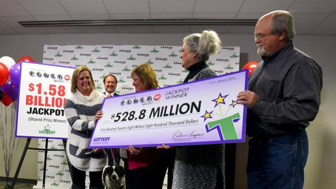 Vợ chồng nhà Robinson nhận giải thưởng độc đắc Powerball - Ảnh: Reuters