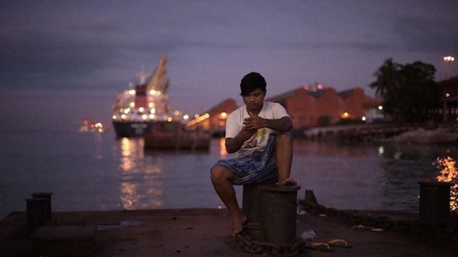 Giới trẻ Myanmar đọc sách ít hơn vì công nghệ ngày càng xâm lấn sau một thời gian dài bị cấm đoán - Ảnh: AFP