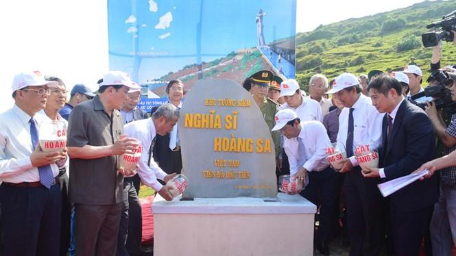 Lãnh đạo các bộ, ngành T.Ư và tỉnh Quảng Ngãi thực hiện nghi thức đổ cát xây dựng Khu tưởng niệm Nghĩa sĩ Hoàng Sa - Ảnh: Hiển Cừ