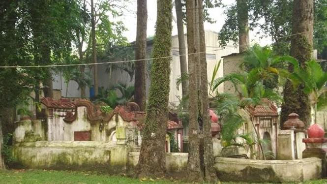 Ngôi mộ cổ bí ẩn trong công viên Tao Đàn - Ảnh: H.Đ.N