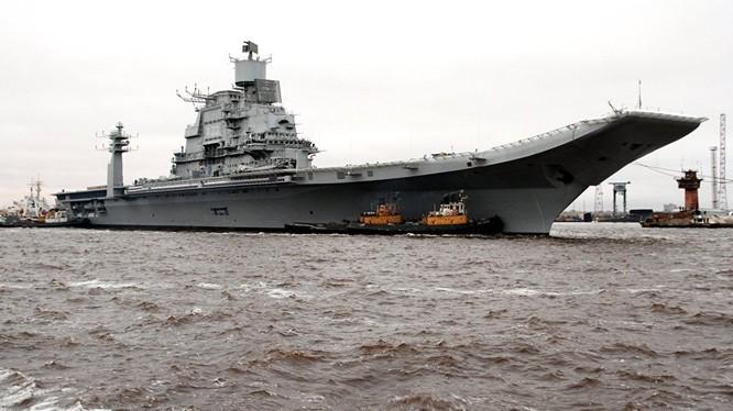 """Tàu sân bay """"Vikramaditya"""" dẫn đầu hạm đội Ấn Độ tiến vào cảng Colombo"""