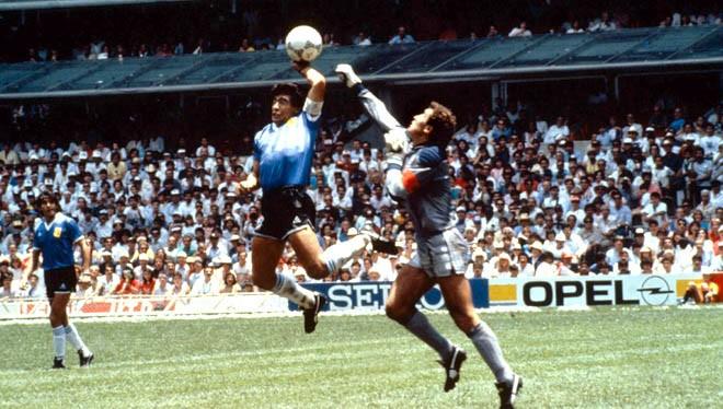 """Video: """"Bàn tay của chúa"""" và 10 khoảnh khắc thiên tài của Maradona"""