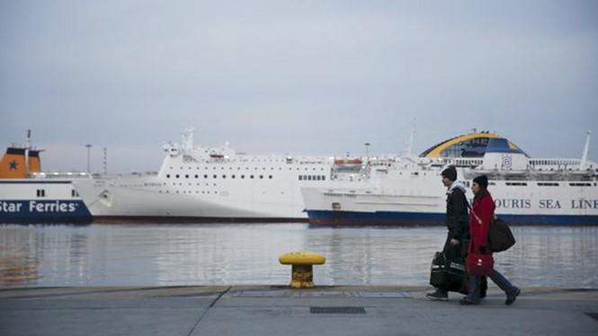 Các phà chở khách nằm tại bến do thuỷ thủ đình công, ở cảng Piraeus, gần thủ đô Athens, Hy Lạp ngày 27.1.2016 - Ảnh: Reuters