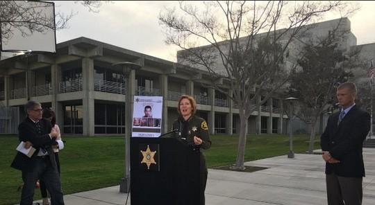 Cảnh sát trưởng quận Cam, bà Sandra Hutchens, thông báo vụ bắt giữ 5 người liên quan tới vụ vượt ngục. Ảnh: Los Angeles Times
