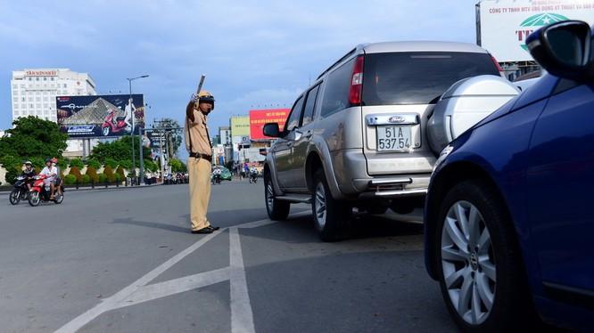 Cảnh sát giao thông điều tiết giao thông tại ngã tư Hoàng Văn Thụ - Nguyễn Văn Trỗi chiều 20-10-2015 - Ảnh: Thanh Tùng