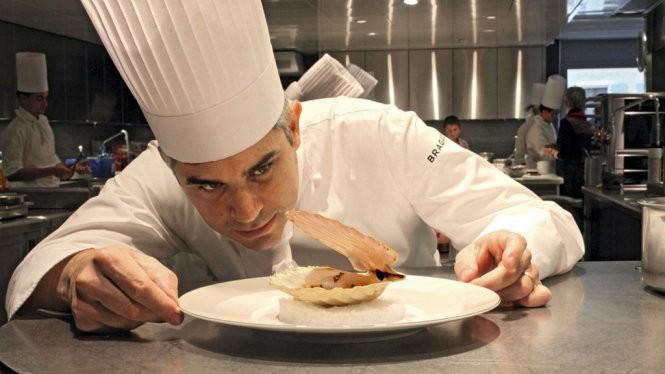 Ông Benoit Violier chuẩn bị món ăn tại nhà hàng L'Hotel de Ville in Crissier - Ảnh lấy từ facebook