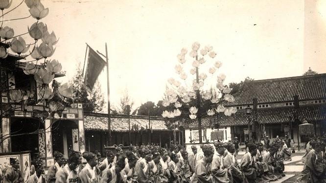 Các quan lại quỳ lạy trước sân điện Cần Chánh.