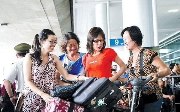 Việt kiều về thăm quê hương. Ảnh: MINH KHUÊ