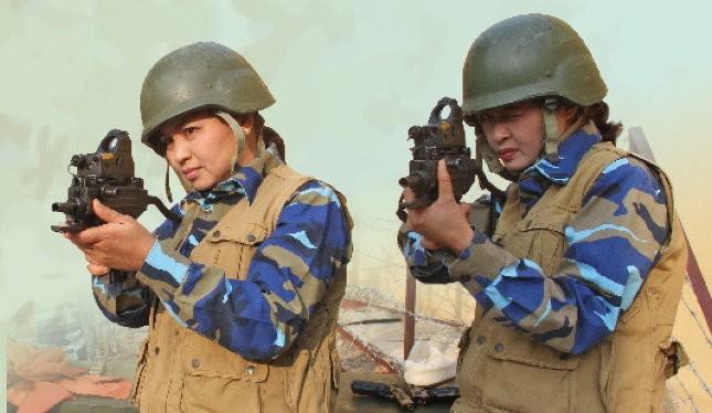Trung úy chuyên nghiệp Đinh Thị Hoa (phải) và thiếu tá chuyên nghiệp Trần Thị Nguyệt luyện tập bắn súng đặc chủng chống khủng bố - Ảnh: PHẠM ĐỨC TUẤN