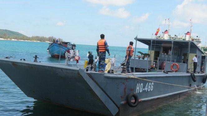 Tàu HQ 466 (Vùng 5 Hải Quân) lai dắt một tàu đánh cá của ngư dân cập bến an toàn (Ảnh do Vùng 5 Hải Quân cung cấp)