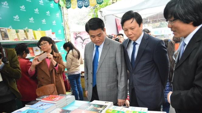 Ông Nguyễn Đức Chung tham quan các gian hàng sách - Ảnh: Phạm Tô Chiêm