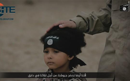 Isa Dare trong đoạn video đánh bom xe. Ảnh: Telegraph