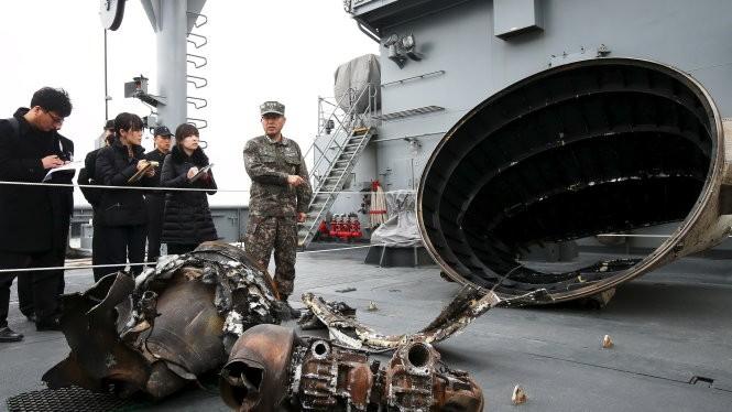 Các mảnh vỡ của quả tên lửa CHDCND Triều Tiên mới phóng, được lực lượng Hàn Quốc thu thập - Ảnh: Reuters