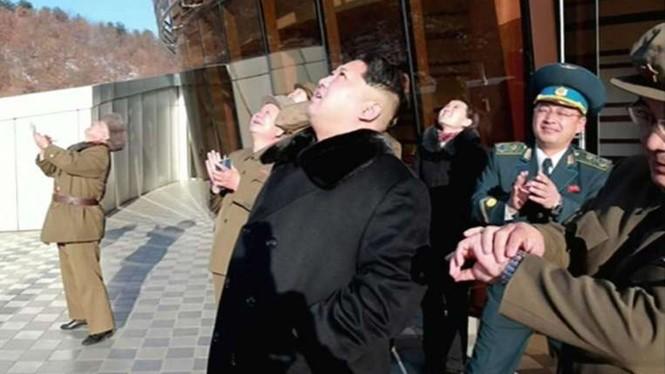 Ảnh chụp từ truyền hình Triều Tiên ngày 7.2.2016 cho thấy lãnh đạo Kim Jong-un cùng các quan chức theo dõi vụ phóng tên lửa mang vệ tinh của nước này - Ảnh: AFP
