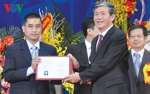 Ông Đinh Thế Huynh, Ủy viên Bộ Chính trị, Trưởng ban Tuyên giáo Trung ương trao giấy chứng nhận đạt tiêu chuẩn chức danh giáo sư cho ông Nguyễn Văn Hiếu.