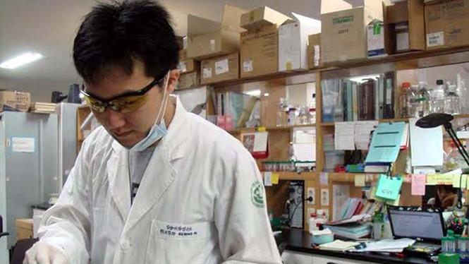 Tiến sĩ Nguyễn Hồng Vũ trong phòng thí nghiệm tại Hàn Quốc - Ảnh: H.V