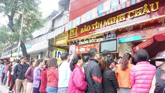 Người dân xếp hàng mua vàng tại một đại lý của Bảo Tín Minh Châu trong ngày thần tài.