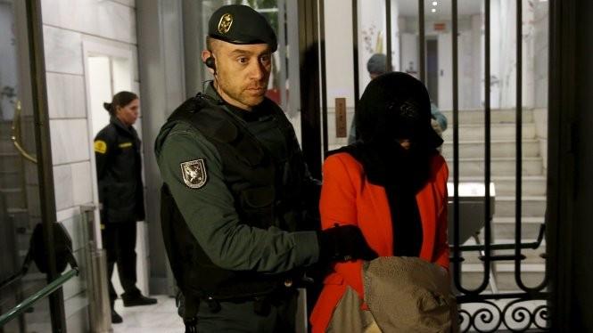 Cảnh sát Tây Ban Nha giải một nghi can khỏi văn phòng Ngân hàng ICBC của Trung Quốc tại Madrid trong đợt lục soát ngày 17-8 - Ảnh: Reuters