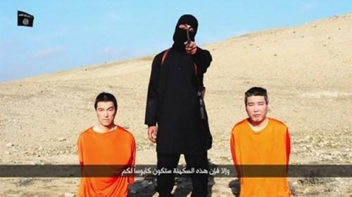 IS thường xuyên tung những đoạn video chặt đầu con tin. Trong ảnh là 2 công dân Nhật bị IS bắt làm con tin trong đoạn video IS tung lên mạng ngày 20.1.2015 - Ảnh: Reuters