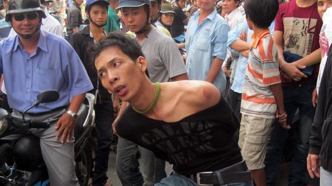 Một tên cướp táo tợn trên đường phố Sài Gòn đã bị công an và người dân bắt giữ - Ảnh: Tư liệu TTO
