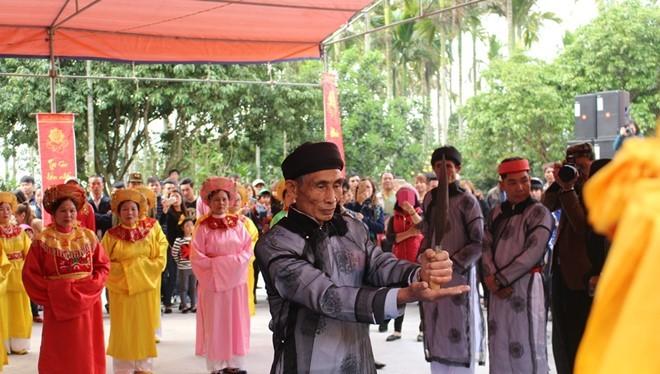 Chủ tế Phạm Phú Oanh cầm dao chuẩn bị vạch đài thề.