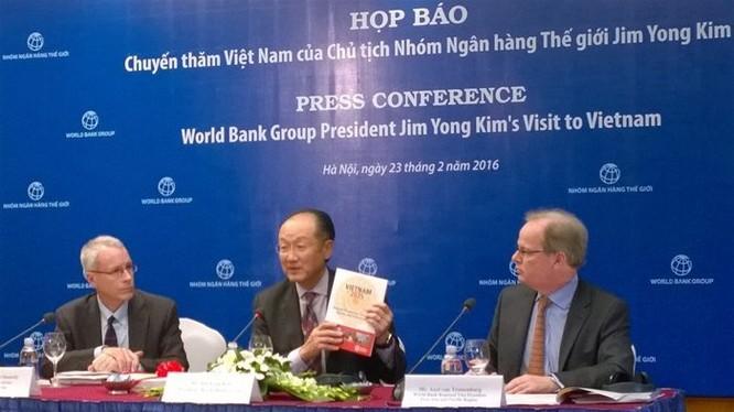Chủ tịch Ngân hàng Thế giới Jim Yong Kim (giữa) trong buổi họp báo công bố báo cáo Việt Nam 2035. Ảnh TG