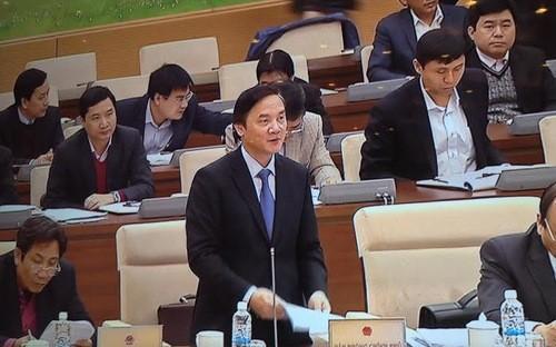 Phó chủ nhiệm Văn phòng Chính phủ Nguyễn Khắc Định trình bày báo cáo tổng kết nhiệm kỳ của Chính phủ, Thủ tướng tại phiên họp của Uỷ ban Thường vụ Quốc hội.