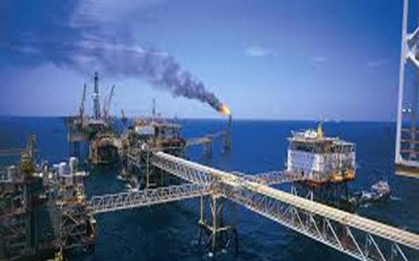Vấn đề đặt ra cho các doanh nghiệp của tập đoàn Dầu khí hiện nay là trụ lại, làm sao vượt qua thử thách giá dầu thấp và có thể còn đứng ở mức thấp trước mặt. Ảnh TL