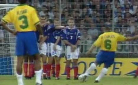 """Video: Xem lại pha làm bàn """"phản định luật"""" của Roberto Carlos"""