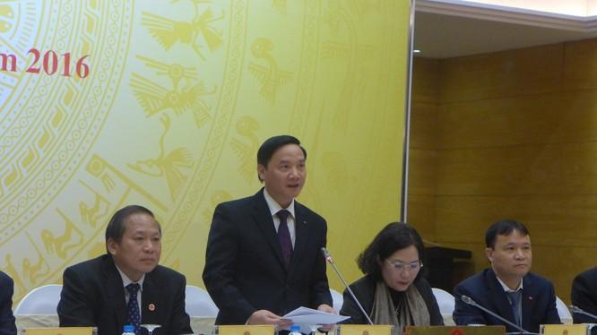 Phó Chủ nhiệm Văn phòng Chính phủ, Nguyễn Khắc Định, lần đầu tiên sắm vai người điều hành họp báo Chính phủ.